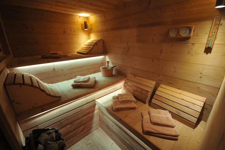 Maison Sauna ski chalet in montalbert, 8 bedrooms, ski-in / ski-out, jacuzzi